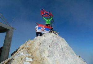 Сербские десантники на вершине Святой Горы Афон с флагами своей страны и новой России