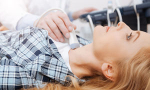 Υπερθυρεοειδισμός: Τι τον προκαλεί και με ποια συμπτώματα εκδηλώνεται