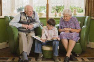 Ο παππούς και η γιαγιά διδάσκουν στον εγγονό τους την πίστη στο Χριστό