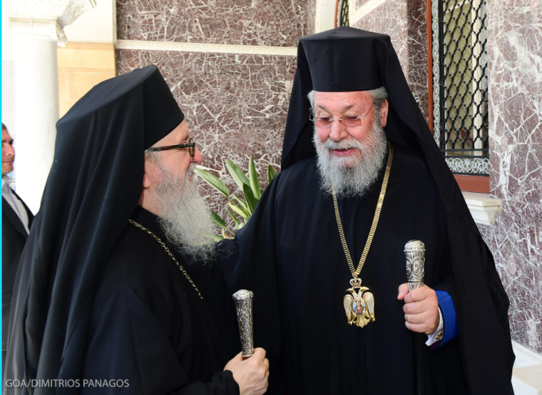 """ΣΤΗΝ ΚΥΠΡΟ Ο ΑΡΧΙΕΠΙΣΚΟΠΟΣ ΔΗΜΗΤΡΙΟΣ KAI H ΧΟΡΩΔΙΑ ΝΕΩΝ ΤΗΣ ΙΕΡΑΣ ΑΡΧΙΕΠΙΣΚΟΠΗΣ  ΑΜΕΡΙΚΗΣ  Πενθήμερη επίσκεψη στην Κύπρο πραγματοποιεί από σήμερα, Δευτέρα 11 Ιουλίου, ο Αρχιεπίσκοπος  Γέρων Αμερικής κ. Δημήτριος μετά από πρόσκληση του Προέδρου της Κυπριακής Δημοκρατίας κ. Νίκου  Αναστασιάδη και του Αρχιεπισκόπου Κύπρου κ. Χρυσοστόμου.  Μαζί με τον Αρχιεπίσκοπο ταξίδεψε στη Μεγαλόνησο η Μητροπολιτική Χορωδία Νέων της Ιεράς  Αρχιεπισκοπής Αμερικής, η οποία θα πραγματοποιήσει φιλανθρωπική συναυλία με τίτλο """"Αγάπη δε, Εχω  σε συνεργασία με την Αστυνομία Κύπρου την Τετάρτη 13 Ιουλίου στο Αρχαίο Θέατρο Κουρίου στη Λεμεσό.  Στη συναυλία συμμετέχουν επίσης οι Κύπριοι καλλιτέχνες Μιχάλης Χατζηγιάννης και Κυπριανός Κατσαρής και η Φιλαρμονική Ορχήστρα της Αστυνομίας Κύπρου. Το πρόγραμμα θα παρουσιάσει η Ζέτα Μακρυπούλια. Τα έσοδα θα ενισχύσουν τον """"Ανεξάρτητο Φορέα Κοινωνικής Στήριξης"""" που ιδρύθηκε με πρωτοβουλία της Πρώτης Κυρίας, Αντρης Αναστασιάδη.  Τον Αρχιεπίσκοπο Δημήτριο συνοδεύουν επίσης στην Κύπρο ο Επίσκοπος Ζήλων κ. Σεβαστιανός, ο πρόεδρος της Ομοσπονδίας Κυπρο-Αμερικ"""