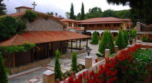 Το μοναστήρι, οι μοναχοί και οι επισκέπτες