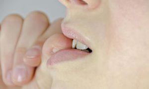 Τρώτε τα νύχια σας; Από τι κινδυνεύει η υγεία σας