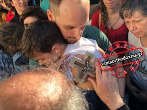 Πλήθη λαού στο Λυκαβηττό: Ο θαυματουργός Σταυρός που θεραπεύει (ΒΙΝΤΕΟ & ΦΩΤΟ)