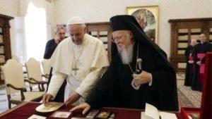 Ο Πάπας Φραγκίσκος «ψάλλει» το εγκώμιο στον Πατριάρχη Βαρθολομαίο
