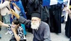 ΜΑΚΕΔΟΝΙΚΟ: Πολύτεκνος Ιερέας διαδήλωσε με το Σταυρό στο χέρι μέσα στα χημικά