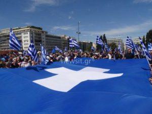 Μακεδονία: Ο κόσμος συγκεντρώθηκε στην Πλατεία Συντάγματος (ΒΙΝΤΕΟ & ΦΩΤΟ)