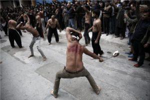 Σκληρές εικόνες: Σιίτες μουσουλμάνοι αυτομαστιγώθηκαν στον Πειραιά (ΦΩΤΟ)