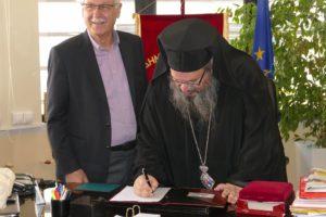 Λάρισα: Υπέγραψε την αίτηση μεταδημότευσης ο Μητροπολίτης Ιερώνυμος (ΦΩΤΟ)