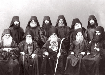 Επίσκεψη Ρώσου αρχιερέα στη μονή Αγίου Παντελεήμονος. Καθήμενοι: (από αριστερά) ο δικαίος της σκήτης του Προφήτη Ηλία αρχιμανδρίτης Παΐσιος, ο ηγούμενος της μονής αρχιμανδρίτης Γεράσιμος, ο μητροπολίτης Πολτάβας Αλέξανδρος, ο πνευματικός της μονής ιερομόναχος Ιερώνυμος, ο δικαίος της σκήτης του Αγίου Ανδρέα Θεοδώρητος. Όρθιοι: (τρίτος και τέταρτος από αριστερά) ο ιερομόναχος Μακάριος και ο ιεροδιάκονος Ιλαρίων.  (Φωτογραφία: εργαστήριο μονής Αγίου Παντελεήμονος, 1868)