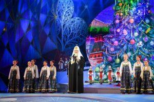 Κοντά στα παιδιά ο Πατριάρχης Μόσχας στο Χριστουγεννιάτικο δέντρο στο Κρεμλίνο