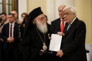 Τιμητική διάκριση στον Αρχιεπίσκοπο Αλβανίας Αναστάσιο από το Ίδρυμα Μπότση