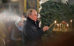 Τη Χριστουγεννιάτικη Θεία Λειτουργία στην Αγία Πετρούπολη παρακολούθησε ο Πούτιν (ΒΙΝΤΕΟ & ΦΩΤΟ)