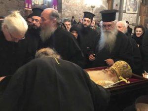 Σε λαϊκό προσκύνημα το σκήνωμα του Μητροπολίτη Σιατίστης στη Χαλκίδα (ΦΩΤΟ)