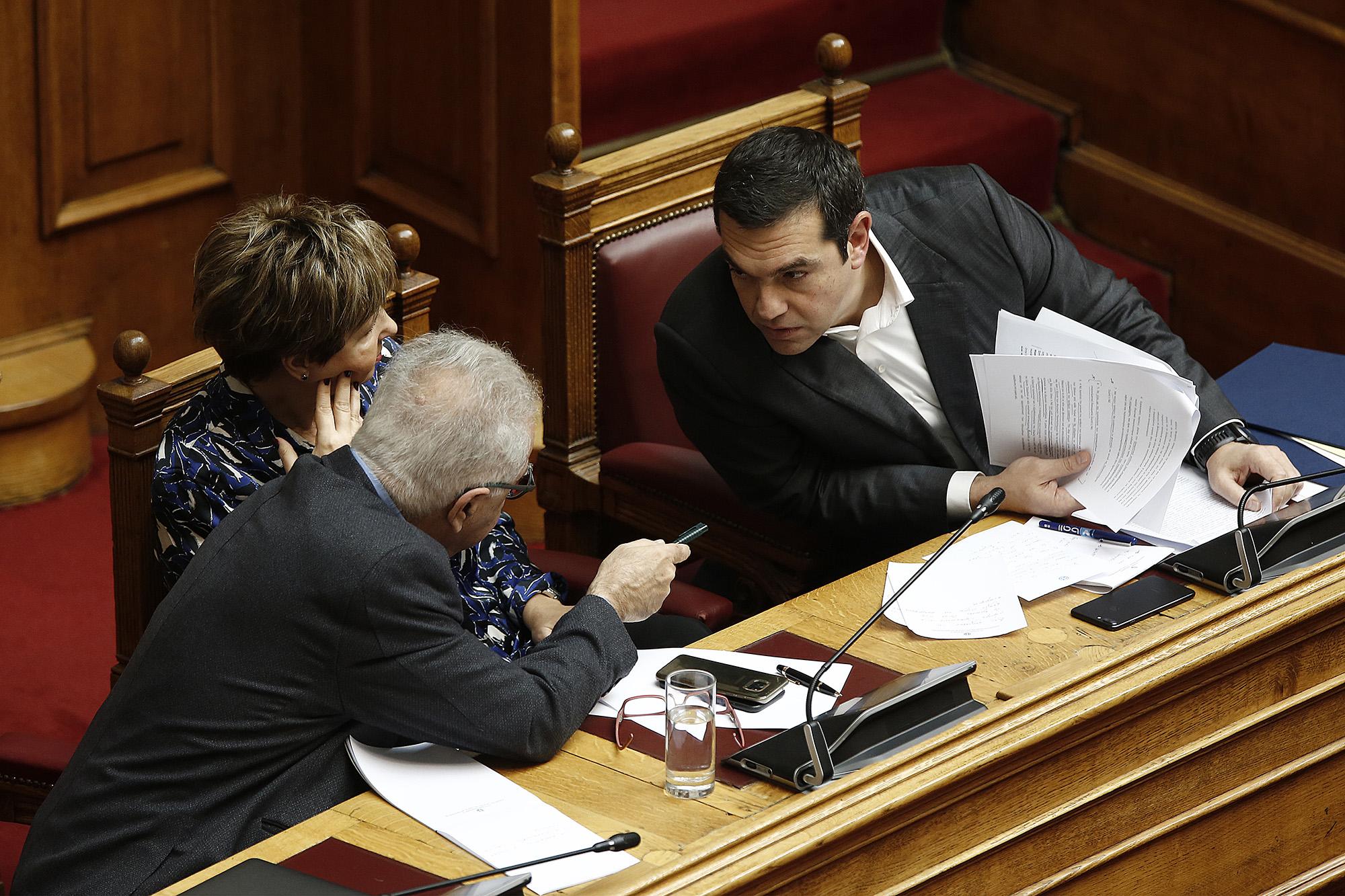 """Ο πρωθυπουργός Αλέξης Τσίπρας με την υπουργό Προστασίας του Πολίτη Όλγα Γεροβασίλη και τον υπουργό Παιδείας Έρευνας και Θρησκευμάτων  Κωνσταντίνο Γαβρόγλου συνομιλούν στην επίκαιρη ερώτηση στην"""" Ώρα του πρωθυπουργού """" για την ανομία στα Πανεπιστήμια που κατατέθηκε από τον πρόεδρο της ΝΔ Κυριάκο Μητσοτάκη, Παρασκευή 23 Νοεμβρίου 2018. ΑΠΕ-ΜΠΕ/ΑΠΕ-ΜΠΕ/ΑΛΕΞΑΝΔΡΟΣ ΒΛΑΧΟΣ"""