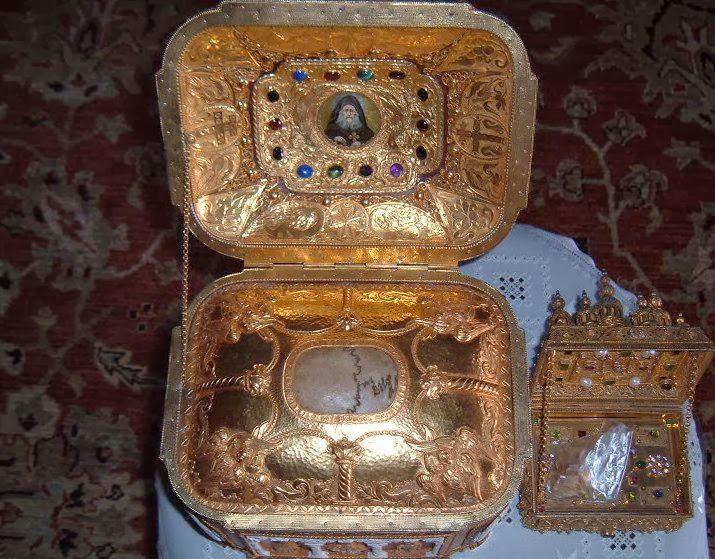 Η κάρα του αγιορείτου γέροντος Ιωσήφ του Ησυχαστού και λείψανο του Αγίου Παντελεήμονος (;).