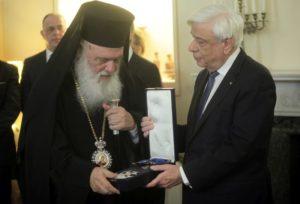 Ο ΠτΔ παρασημοφόρησε τον Αρχιεπίσκοπο (ΦΩΤΟ)