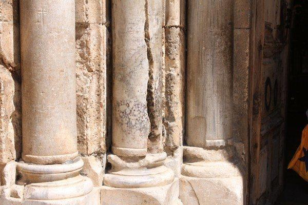 Το Άγιο Φως σχίζει την κολώνα στο Ναό της Αναστάσεως - ΒΗΜΑ ΟΡΘΟΔΟΞΙΑΣ