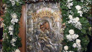 Ψάλλοντας τον ύμνο Άξιον Έστιν στην Εικόνα της Παναγίας στο Πρωτάτο (ΒΙΝΤΕΟ)