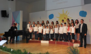 Λάρισα: Η παιδική Χορωδία του Αγίου Νικολάου στην πλατεία Ταχυδρομείου