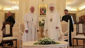 Στη Ρουμανία ο Πάπας Φραγκίσκος – Συνάντηση με τον Πατριάρχη Δανιήλ
