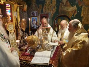 Θεία Λειτουργία στη ρουμάνικη εκκλησία από τον Ιεροσολύμων Θεόφιλο