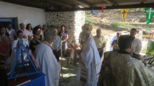 Σε εκκλησάκι δίπλα στην ακτή για τη εορτή του Αγίου Πνεύματος ο Σύρου Δωρόθεος (ΦΩΤΟ)