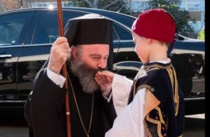 Αρχιεπίσκοπος υποκλίνεται και ασπάζεται μικρό παιδί
