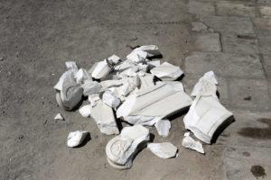 Σεισμός Αθήνα: Τα πεσμένα κομμάτια μαρμάρου της Αγίας Ειρήνης Αιόλου