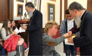 Ο Χαλκίδος Χρυσόστομος κερνά μαθητές και εκπαιδευτικούς που τον επισκέφθηκαν