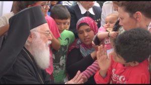 Ο Αλβανίας Αναστάσιος με την μικρή Ρουσίν από το Κομπάνι (ΒΙΝΤΕΟ)