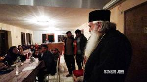 Ο Αργολίδος Νεκτάριος σε μετανάστες από το Αφγανιστάν