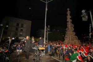 Ο Φθιώτιδος Συμεών στο άναμμα του χριστουγεννιάτικου δέντρου της Λαμίας (ΦΩΤΟ)