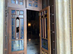 Μητρόπολη Αθηνών: Ανδρας επιτέθηκε με λοστό και προκάλεσε ζημιές (ΦΩΤΟ)