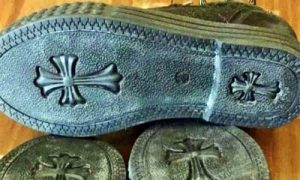 Προσοχή: Σταυροί στις σόλες παπουτσιών