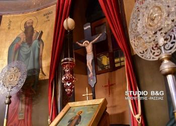Με κάθε λαμπρότητα τελέσθηκε στον ενοριακό Ιερό Ναό της Παναγίας Ναυπλίου η ακολουθία της δεύτερης στάσης των Χαιρετισμών στην Παναγία ,Παρασκευή 13 Μαρτίου 2020. Η ακολουθία των χαιρετισμών τελέσθηκε από τον εφημέριο του ναού  π. Διονύσιο Ταμπάκη. Χωρίς πολλούς πιστούς τελέσθηκε η ακολουθία των  Χαιρετισμών σε όλες τις εκκλησίες της περιοχής. Έκτακτη ανακοίνωση  έκανε κι η Μητρόπολη  Αργολίδας για την αποτροπή εξαπλώσεως του κορονοϊού ,τονίζοντας ότι για τις επόμενες  τουλάχιστον δύο εβδομάδες οι ακολουθίες των Χαιρετισμών, καθώς και οι Θείες Λειτουργίες, να διεξάγονται μεν κανονικά από τους  Ιερείς και με την παρουσία απολύτως απαραιτήτων ατόμων  για τη διεξαγωγή τους καθώς και με πολύ περιορισμένη παρουσία πιστών  πού επιθυμούν απαραιτήτως να εκκλησιαστούν.