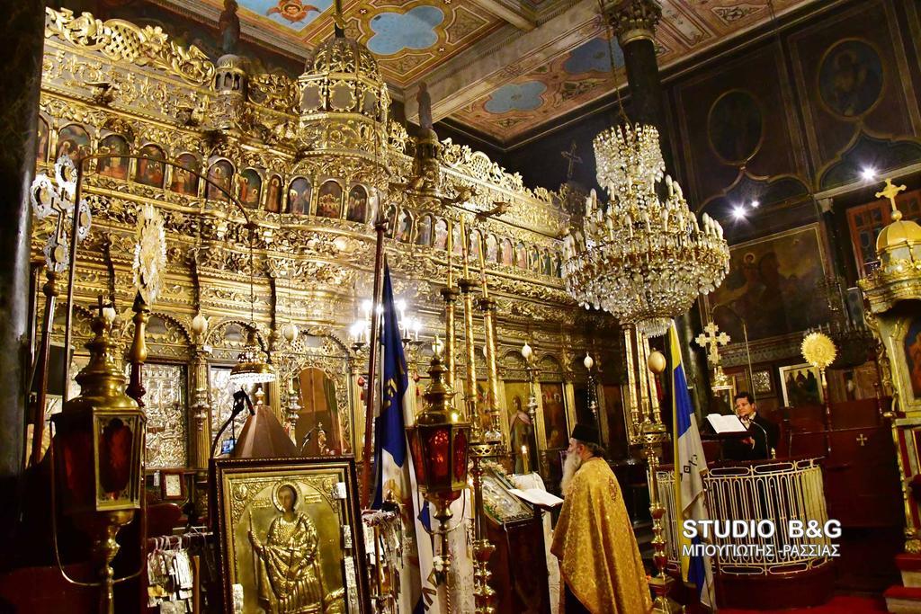 Η τέταρτη  στάση των χαιρετισμών στην Υπεραγία Θεοτόκο  τελέσθηκε στον  Ιερό Ναό Γενσεσίου της Θεοτόκου (Παναγία) στο παλαιό Ναύπλιο, κεκλεισμένων των θυρών λόγω των έκτακτων μέτρων για την αποτροπή διάδοσης του κορονοϊού , Παρασκευή 27 Μαρτίου 2020. Η ακολουθία των χαιρετισμών τελέσθηκε από τον εφημέριο του ναού π. Διονύσιο Ταμπάκη.  O ναός της Παναγίας, αφιερωμένος στο Γενέσιο της Θεοτόκου, είναι από τους παλαιότερους και ομορφότερους ναούς της πόλης του Ναυπλίου. O αρχικός ναός  χρονολογείται στον 15ο αιώνα, στα χρόνια της Πρώτης Eνετοκρατίας. Γύρω στο 1700, στα χρόνια της Δεύτερης Eνετοκρατίας, η εκκλησία πήρε τη σημερινή της μορφή, στον τύπο της τρίκλιτης βασιλικής. Εσωτερικά διαθέτει ωραίο ξυλόγλυπτο τέμπλο, επτανησιακής τεχνοτροπίας, φιλοτεχνημένο τον 19ο αιώνα. Παρόμοιας τεχνοτροπίας είναι και ο άμβωνας και ο επισκοπικός θρόνος της εκκλησίας.