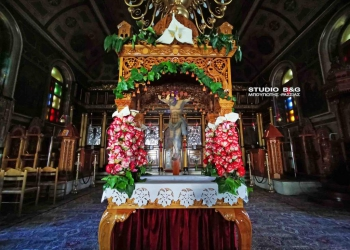 Ο επιτάφιος στην ενορία της Αγίας Τριάδος στην Πρόνοια Ναυπλίου εν μέσω κορονοϊού ,Μεγάλη Παρασκευή 17 Απριλίου 2020. Για ακόμα μία χρονιά παρόλες τις δυσκολίες που αντιμετωπίζει η εκκλησία , ο εφημέριος του ναού π. Κωνσταντίνος Σέρρος έφτιαξε μαζί με το βοηθητικό προσωπικό που επιτρέπεται έναν λιτό αλλά πανέμορφο επιτάφιο. Να σημειωθεί πως το βράδυ της Μεγάλης Παρασκευής δεν θα γίνει η  καθιερωμένη περιφορά των επιταφίων έξω από τους ναούς αλλά μόνο εντός του χώρου της εκκλησίας και χωρίς πιστούς.