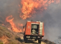 Πυροσβεστικό όχημα επιχειρεί για την κατάσβεση της πυρκαγιάς που ξέσπασε μέσα στο χωριό Λευκάκια του Δήμου Ναυπλιέων, Παρασκευή 5 Αυγούστου 2016. Η πυρκαγιά πήρε αμέσως διαστάσεις λόγω του ανέμου και απείλησε σπίτια μέσα στον οικισμό. Μεγάλη δύναμη της πυροσβεστικής επιχειρεί στην κατάσβεση της πυρκαγιάς ενώ από αέρος συνδράμουν και δύο αεροπλάνα pezetel και δύο canadair. ΑΠΕ-ΜΠΕ /ΑΠΕ-ΜΠΕ/ΜΠΟΥΓΙΩΤΗΣ ΕΥΑΓΓΕΛΟΣ