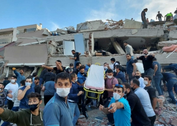 Locals and officials search for survivors at a collapsed building after a strong earthquake struck the Aegean Sea on Friday and was felt in both Greece and Turkey, where some buildings collapsed in the coastal province of Izmir, Turkey, October 30, 2020. REUTERS/Tuncay Dersinlioglu