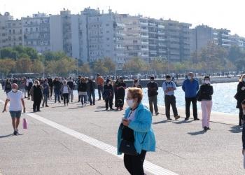 Πολίτες περιμένουν σε ουρά για να κάνουν δωρεάν rapid τεστ από κλιμάκια του ΕΟΔΥ, από τις 10 το πρωί έως τις 8 το βράδυ, στη Νέα Παραλία Θεσσαλονίκης, την Πέμπτη 29 Οκτωβρίου 2020. ΑΠΕ-ΜΠΕ/ΑΠΕ-ΜΠΕ/ΝΙΚΟΣ ΑΡΒΑΝΙΤΙΔΗΣ
