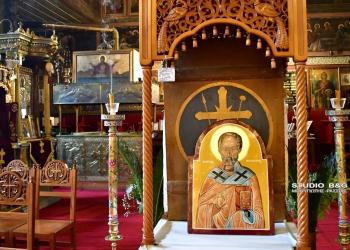 Η εκκλησία της Παναγίας όπου τιμάται ο Άγιος  Νικόλαος ,άδεια χωρίς πιστούς λόγω του  κορονοϊού ,Κυριακή 6 Δεκεμβρίου 2020. Στο ιστορικό κέντρο του Ναυπλίου στην εκκλησία της Παναγίας ,τιμάται κάθε χρόνο με κάθε μεγαλοπρέπεια από το Λιμενικό σώμα η εορτή του προστάτης του Αγίου Νικολάου. Να σημειωθεί πως η εκκλησία που είναι αφιερωμένη στον Άγιο Νικόλαο παραμένει κλειστή τα τελευταία χρόνια λόγω εργασιών συντήρησης από το Υπουργείο πολιτισμού. Φέτος λόγω των έκτακτων μέτρων της κυβέρνησης για τον covid -19 ο Άγιος Νικόλαος τιμήθηκε και κεκλεισμένων των θυρών της εκκλησίας και μόνο με τον Ιερέα και το απαραίτητο προσωπικό .