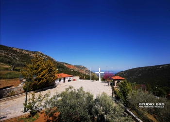 Στιγμιότυπα από το ησυχαστήριο του Αγίου Ιγνατίου του θεοφόρου στην ορεινή Ζόγκα Αργολίδας, Πέμπτη 22 Απριλίου 2021. Πρόκειται για ένα εκκλησιαστικό συγκρότημα που κατασκευάστηκε εξ ολοκλήρου από δωρεές που συγκέντρωσε ο Γρηγοριάτης Ιερομόναχος π. Ιγνάτιος ,οποίος κατάγεται από την ορεινή Ζόγκα στην Αργολίδα και μονάζει στην Ιερά Μονή Αγίου Γρηγορίου στο Άγιο Όρος. Το συγκρότημα ανήκει εκκλησιαστικά στην  Ιερά Μητρόπολη Αργολίδας. Πρόκειται για ένα επίγειο παράδεισο μέσα σε μία καταπράσινη πλαγιά με θέα να φτάνει μέχρι το Ναύπλιο.