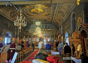 Πιστοί στην εκκλησία της Αγίας Τριάδος στην Πρόνοια Ναυπλίου με τα νέα μέτρα της κυβέρνησης για τον κορονοϊό , Κυριακή 18 Απριλίου 2021.