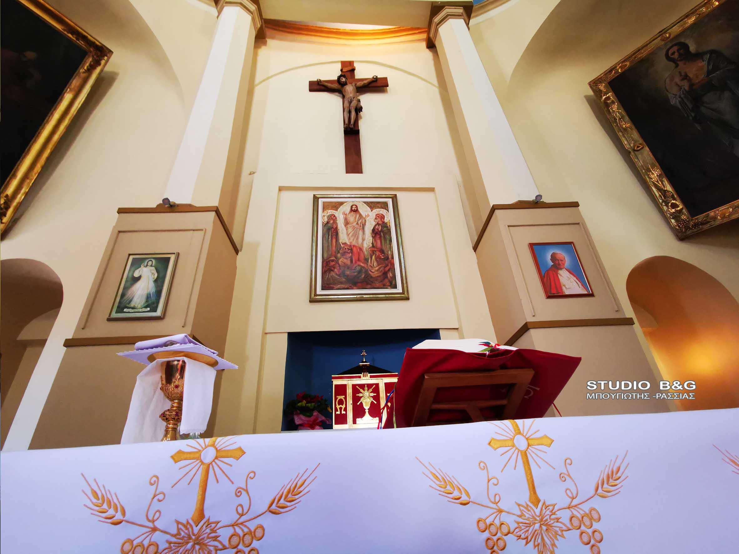 Κυριακή του Πάσχα για τους Καθολικούς Χριστιανούς και η εκκλησία της Μεταμορφώσεως του Χρηστού στο Ναύπλιο γιόρτασε το Πάσχα χωρίς πιστούς λόγω του covid-19, Κυριακή 4 Απριλίου 2021. Η Καθολική εκκλησία στο Ναύπλιο είναι παλιό Μουσουλμανικό τζαμί και δόθηκε στην καθολική κοινότητα του Ναυπλίου από τον βασιλιά ΟθωνΑ. Από τότε λειτουργεί κανονικά για τις ανάγκες των καθολικών που ζουν στην ευρύτερη περιοχή της Αργολίδας.