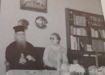 Η μακαριστή Μαρούλα Κατσίμπρα με τον μακαριστό Μητροπολίτη Θηβών και Λεβαδείας Νικόδ